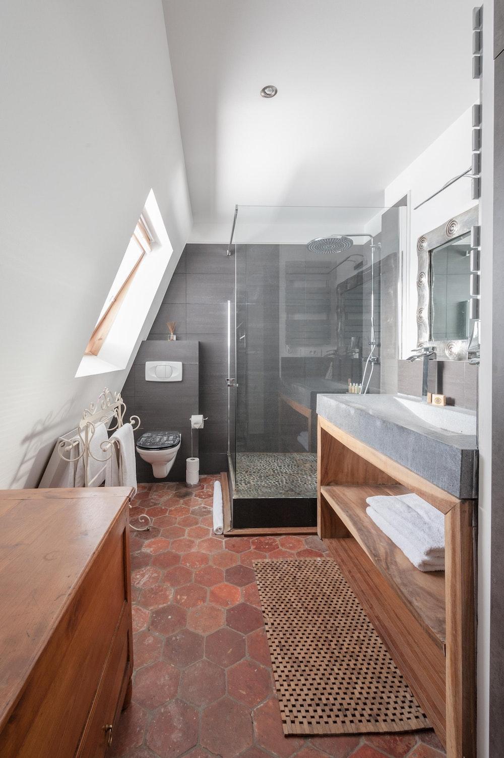 حمام غرفه النوم الرئيسيه